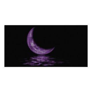 Luna creciente de la reflexión en púrpura del lago tarjeta