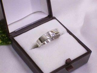 der Ring zeigt mit der Lupe betrachtet auf der Oberfläche deutliche
