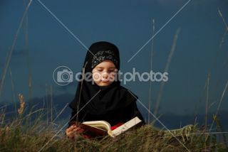 little cute muslim girl reading holy book Kora — Stock Photo