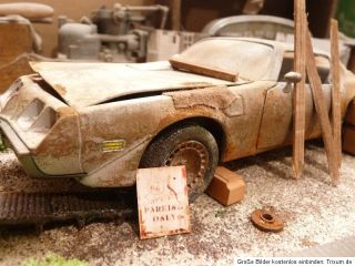 Pontiac Trans Am BJ 1979 Barn Find Diorama in 1 18 Scale 1 18 Junkyard